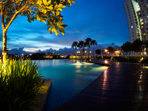 Tramonto del cielo blu della piscina a Butterworth, Penang, Malesia immagini stock