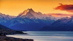 Tramonto del cuoco del supporto e del lago Pukaki immagini stock