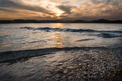 Tramonto del mare con il cielo nuvoloso Fotografia Stock