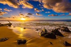 Tramonto del nord delle Hawai della riva Immagine Stock