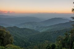 Tramonto del parco nazionale di Doi Phu Kha a Nan, Tailandia Fotografie Stock