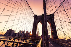 Tramonto del ponte di Brooklyn con l'orizzonte Stati Uniti di Manhattan Fotografia Stock