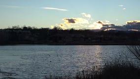 tramonto (del timelapse) sopra il lago congelato parziale stock footage