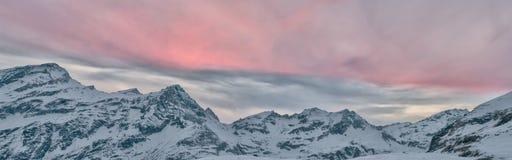 Tramonto dell'alta montagna sulle rocce nevose Immagini Stock Libere da Diritti