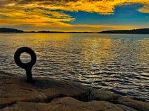 Tramonto dell'arcipelago di Stoccolma con il cielo colorato meraviglioso fotografia stock libera da diritti