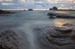 Tramonto dell'oceano alla spiaggia rossa Margaret River immagine stock
