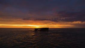 Tramonto dell'oceano con l'isola Fotografia Stock