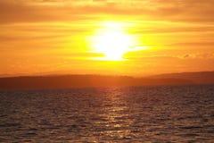 Tramonto dell'oceano con la riflessione nell'acqua Fotografia Stock