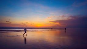 Tramonto dell'oceano e un corridore Fotografie Stock