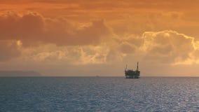 Tramonto dell'oceano - olio Rig Drilling Platform sull'orizzonte archivi video