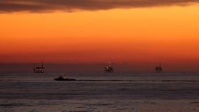 Tramonto dell'oceano - olio Rig Drilling Platforms sull'orizzonte archivi video