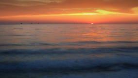 Tramonto dell'oceano - olio Rig Drilling Platforms sull'orizzonte video d archivio