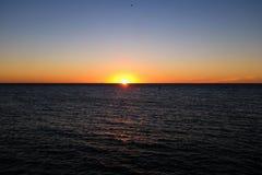 Tramonto dell'oceano Pacifico con i raggi di sole fotografie stock libere da diritti