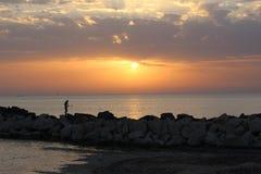 Tramonto dell'oro con il pescatore Fotografia Stock Libera da Diritti