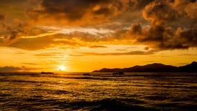 Tramonto dell'oro di Extraordinay con le nuvole drammatiche in un isla tropicale Immagine Stock Libera da Diritti
