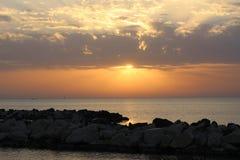Tramonto dell'oro sopra il mare Immagini Stock Libere da Diritti