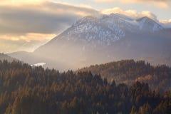 Tramonto dell'oro sopra le alpi di autunno Fotografia Stock