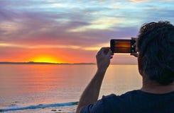 Tramonto dell'uomo della macchina fotografica fotografie stock libere da diritti