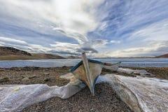 Tramonto della barca e del lago fotografie stock