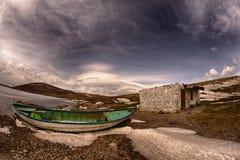 Tramonto della barca e del lago fotografia stock