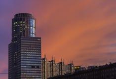 Tramonto della città e torre del centro di affari Fotografie Stock Libere da Diritti