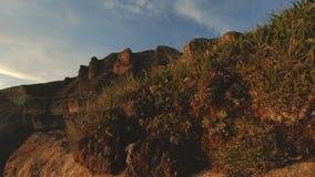 Tramonto della montagna sopra la roccia di punta La luce chiave scura del tramonto nelle rocce di parallasse delle montagne oscil stock footage