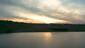Tramonto della primavera nel lago Waverley - Rotherham Sheffield, South Yorkshire - metraggio del fuco archivi video