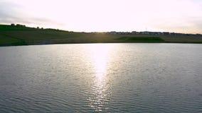 Tramonto della primavera nel lago Waverley - Rotherham Sheffield, South Yorkshire - metraggio del fuco video d archivio