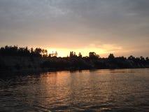Tramonto della riva del fiume fotografia stock