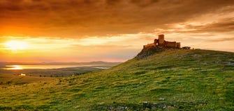 Tramonto della Romania in Dobrogea alla fortezza di Enisala Punto di riferimento storico importante vicino a Tulcea ed a Costanza fotografie stock