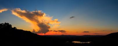 Tramonto della siluetta di panorama con la montagna ed il cielo fotografia stock libera da diritti