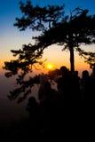 Tramonto della siluetta sulla montagna fotografia stock libera da diritti