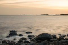 Tramonto della spiaggia al faro fotografia stock libera da diritti