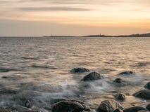 Tramonto della spiaggia alla spiaggia di pietra fotografie stock