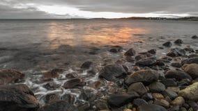 Tramonto della spiaggia alla spiaggia di pietra immagini stock