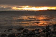Tramonto della spiaggia alla spiaggia di pietra immagini stock libere da diritti