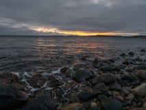Tramonto della spiaggia alla spiaggia di pietra fotografia stock libera da diritti