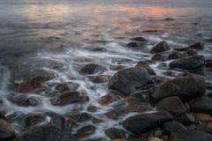 Tramonto della spiaggia alla spiaggia di pietra fotografie stock libere da diritti