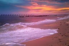 Tramonto della spiaggia con la nuvola variopinta Fotografia Stock
