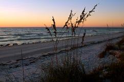 Tramonto della spiaggia dell'isola di luna di miele fotografie stock libere da diritti