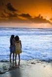 Tramonto della spiaggia delle ragazze Immagini Stock Libere da Diritti