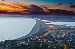 Tramonto della spiaggia di Chessil da Portland Immagini Stock