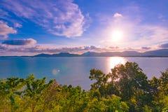 Tramonto della spiaggia di panorama con il nuoto i del viaggiatore Fotografie Stock Libere da Diritti