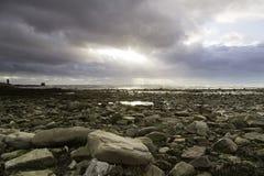Tramonto della spiaggia di Pebbled fotografie stock libere da diritti
