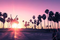 Tramonto della spiaggia di Venezia a Los Angeles con una passeggiata pedonale durante il tramonto arancio Spiaggia vuota fotografie stock