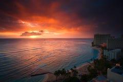 Tramonto della spiaggia di Waikiki immagine stock libera da diritti