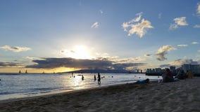 Tramonto della spiaggia di Waikiki fotografia stock libera da diritti