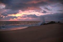 Tramonto della spiaggia in Sumbe, Angola fotografia stock libera da diritti