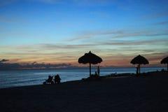 Tramonto delle capanne dell'erba dell'orizzonte di vista di Florida della spiaggia di Panama City fotografia stock libera da diritti