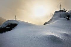 Tramonto dello Snowy in montagne di Harz immagini stock libere da diritti
